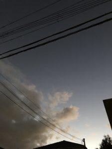 電線の映り込む空